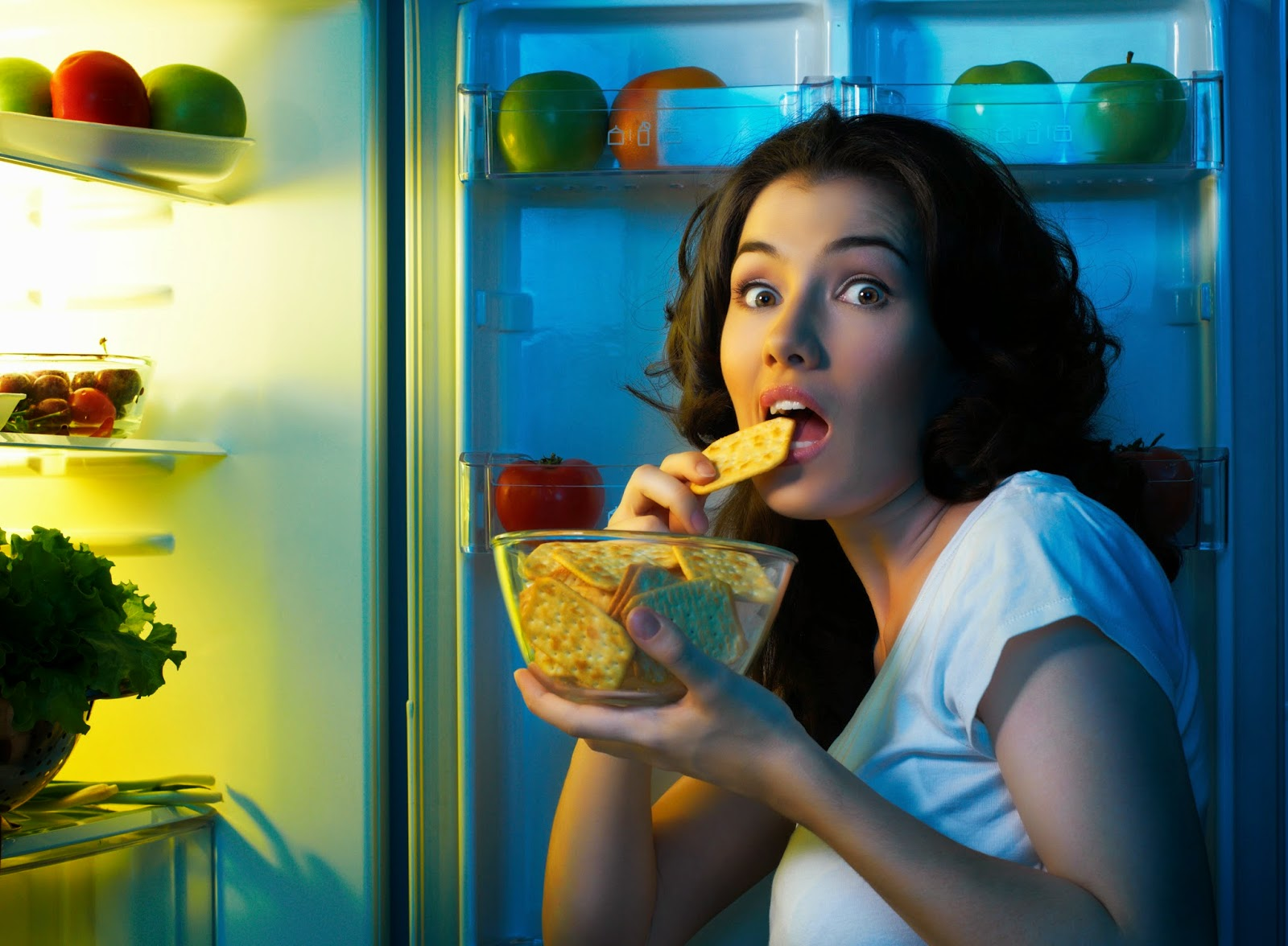 фото думает ночью у холодильника билеты банкноты