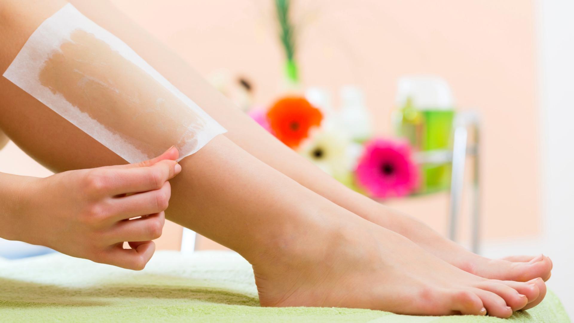 Как убрать волосы на ногах в домашних условиях воском