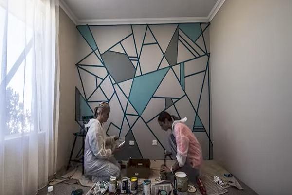 Две  подружки расклеили скотч по всей стене… Когда они перестанут красить, ты сильно удивишься!